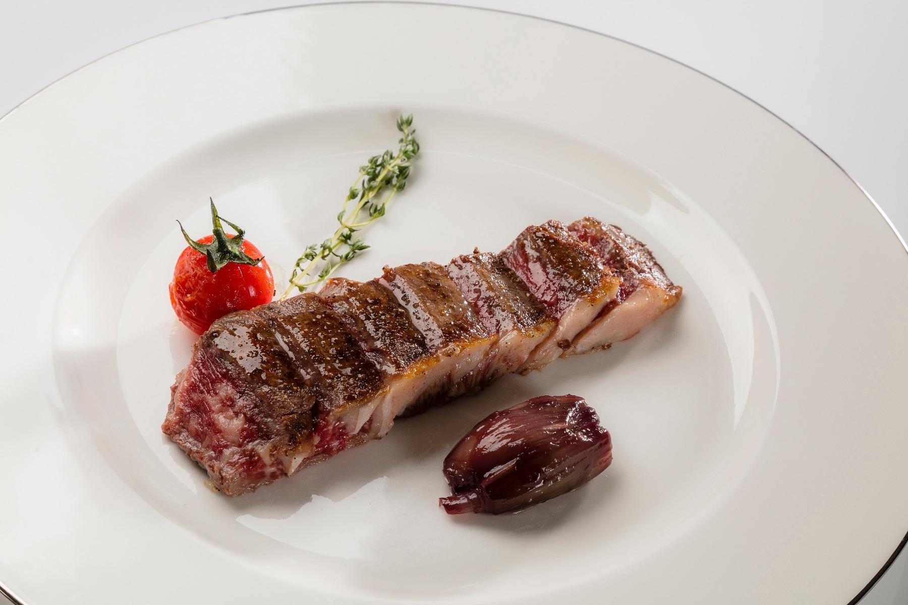 Swiss Wagyu ribeye Luma avec échalotes croquantes et confites et jus de bœuf