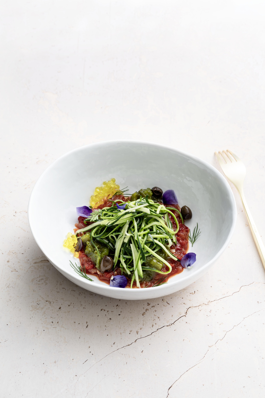 Spaghettis de courgettes au pesto servies avec un duo de chutney de tomates vertes et rouges